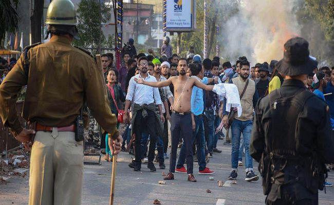 CAB : गुवाहाटी में प्रदर्शनकारियों पर फायरिंग, दो की मौत, विधायक आवास फूंका, मंत्री के घर पर हमला