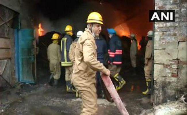 दिल्ली: मुंडका में लकड़ी के कारखाने में लगी भीषण आग, दमकल की 21 गाड़ियां पहुंची