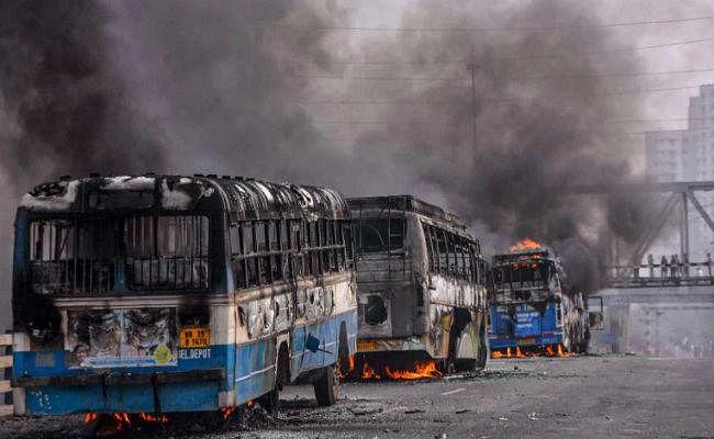 पांच ट्रेनें और 25 बसें कीं आग के हवाले