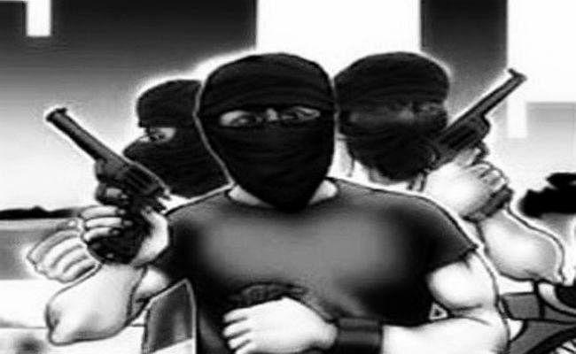 बक्सर में तीन नकाबपोश अपराधियों ने कर्मियों को बंधक बना कर दक्षिण बिहार ग्रामीण बैंक से लूटे 11 लाख रुपये