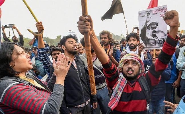 बंगाल में ट्रेन पर 'पथराव कर'' उसका वीडियो बना रहे 5 लोग गिरफ्तार