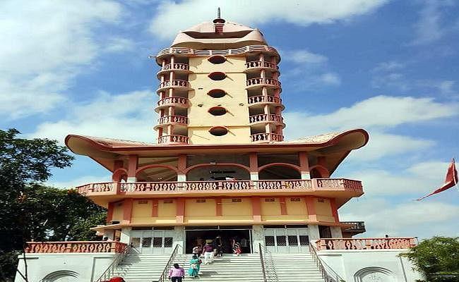 मंदिर परिसर में इश्कबाजी करने से रोकने पर महंथ को पीटा, सोशल साइट पर वायरल किया पिटने का तस्वीर