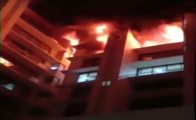 मुंबई के रिहायशी इमारत में लगी भीषण आग, चार लोग बचाये गये