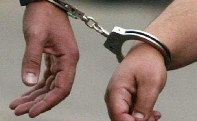 महिला पर ज्वलनशील केमिकल फेंकने के आरोप में दो गिरफ्तार