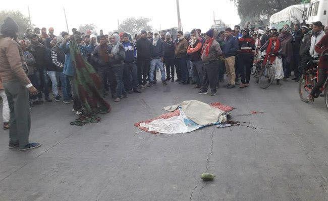 सड़क दुर्घटना में शिक्षक की पत्नी की मौत, आक्रोशित ग्रामीणों ने किया सड़क जाम