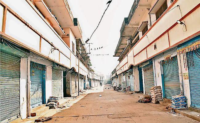 व्यवसायी की हत्या का विरोध, बंद रहा मधुपुर