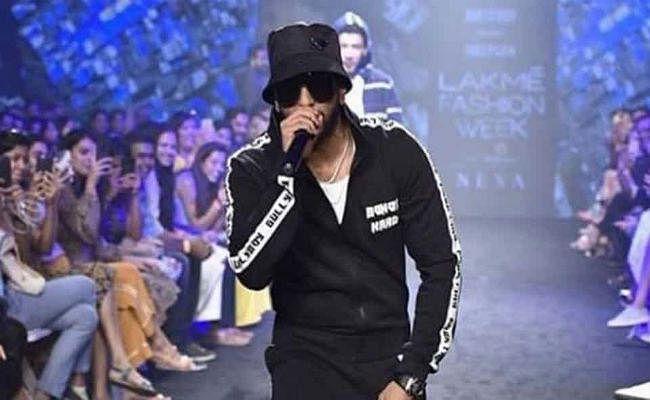 Gully Boy रणवीर सिंह ने Lakme Fashion Week में किया रैंप पर RAP
