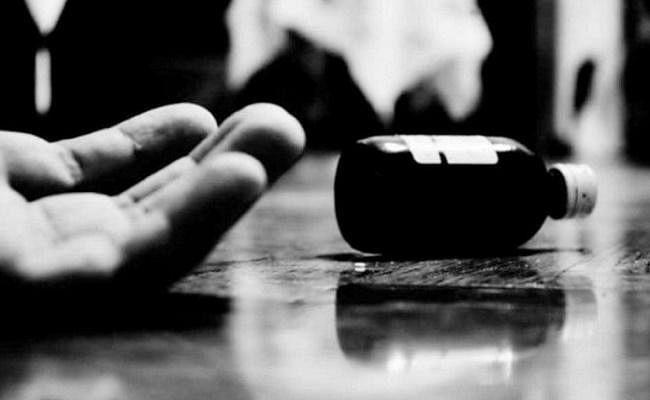 पति से तंग आकर पत्नी ने दो बेटियों संग निगला जहर, महिला की मौत