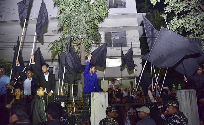 नागरिकता विधेयक : असम में मोदी को फिर दिखाया काला झंडा