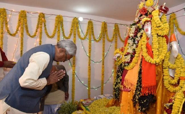 नीतीश कुमार ने की राज्य की शांति एवं समृद्धि के लिए मां शारदे की पूजा अर्चना