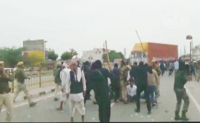 5% आरक्षण की मांग : पुलिस और गुर्जर प्रदर्शनकारियों के बीच हिंसक झड़प, 3 वाहनों को किया आग के हवाले