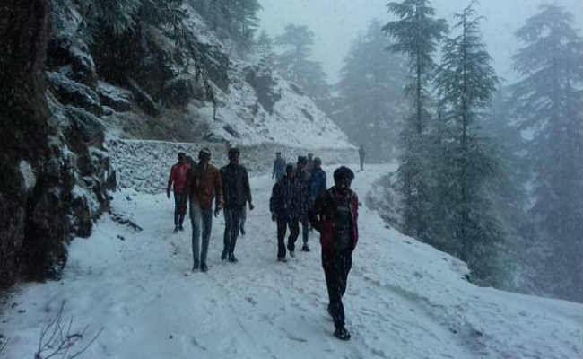 दार्जिलिंग :  भीषण ठंड में बर्फबारी,   सैलानियों ने की जमकर मस्ती