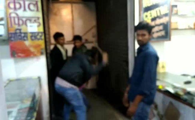 झरिया में जाली नोट का बहाना बनाकर दुकानदार ने युवकों को पीटा, पुलिस को बतायी दूसरी बात