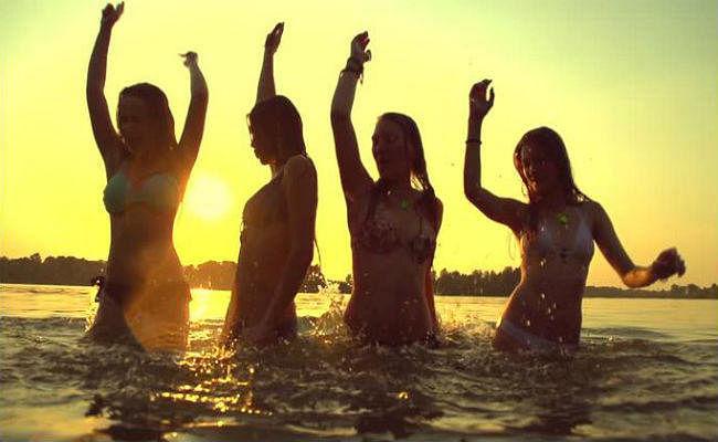 Research: 16 और 70 की उम्र में सबसे ज्यादा खुश रहता है इंसान