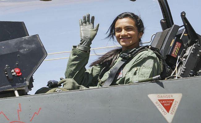 IN PICS : जब सिंधु ने उड़ाया ''तेजस'' विमान