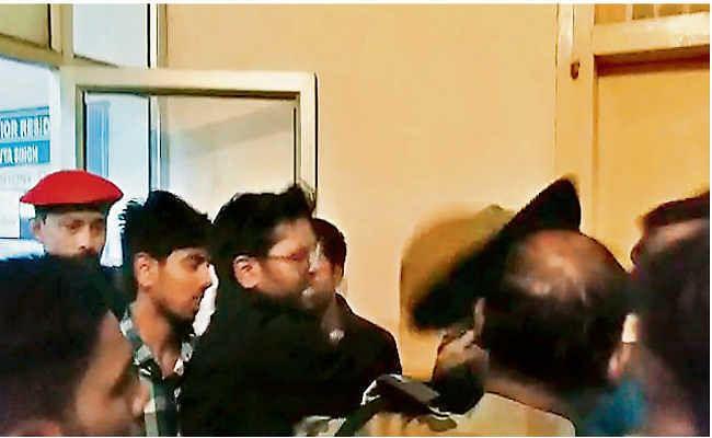 रिम्स में परिजन की पिटाई का वीडियो हुआ वायरल, वीडियो में थप्पड़ मारते दिख रहा है जूनियर डॉक्टर