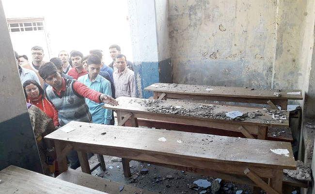 मैट्रिक की परीक्षा दे रही छात्राओं पर गिरा छत का प्लास्टर, कई छात्राएं जख्मी, ...देखें तस्वीरें
