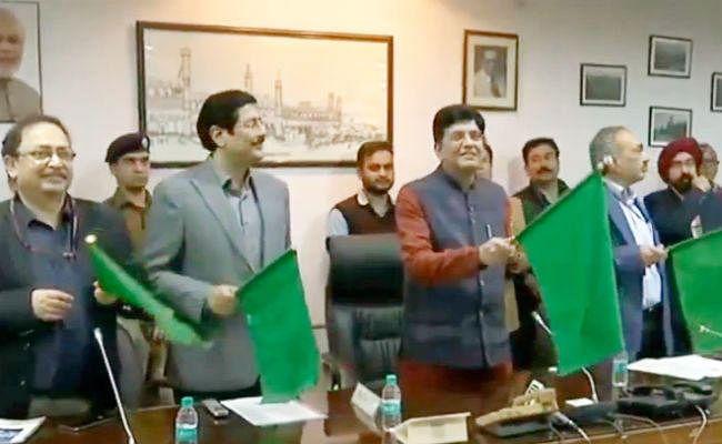 आरा-रांची साप्ताहिक एक्सप्रेस को हरी झंडी दिखाकर रेल मंत्री ने किया रवाना, बक्सर में शुरू हुआ एक्सीलेटर व लिफ्ट
