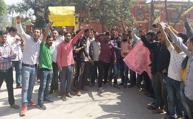 ग्रुप डी परीक्षा में गड़बड़ी को लेकर छात्रों ने दानापुर DRM कार्यालय के सामने किया प्रदर्शन