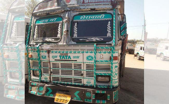 चौपारण : मवेशी से लदा दो ट्रक जब्त, चार गिरफ्तार, तस्करी में शामिल 6 लोगों पर मामला दर्ज
