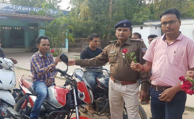 सिमडेगा : सड़क सुरक्षा, बिना हेलमेट वाहन चालकों को दिया गया गुलाब का फूल