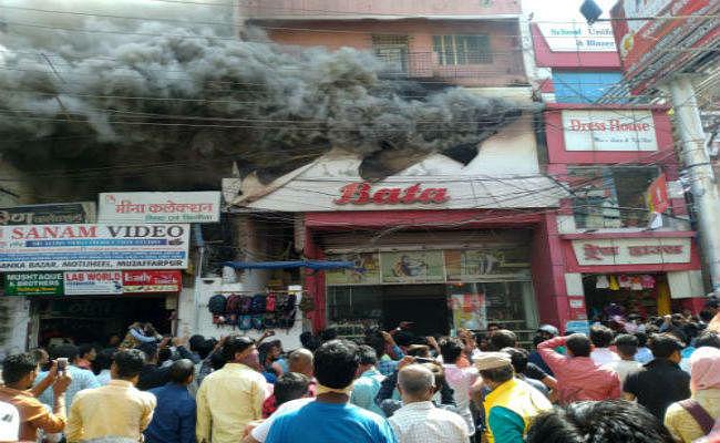 आप नेता के बाटा शो-रूम में लगी आग, दमकल की तीन गाड़ियों ने आग पर पाया काबू, लाखों रुपये का नुकसान