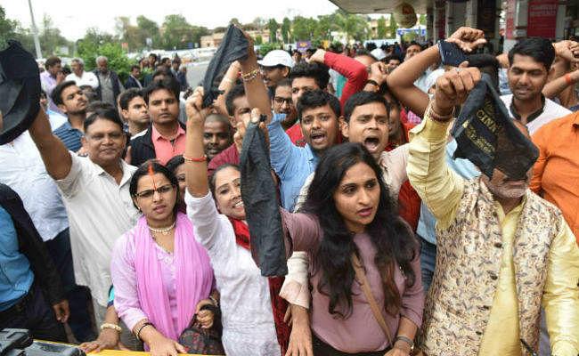 आरके सिन्हा के समर्थकों ने पटना साहिब के BJP प्रत्याशी को दिखाया काला झंडा, ''वापस जाओ'' के लगाये नारे, चले लात-घूंसे, ...देखें वीडियो