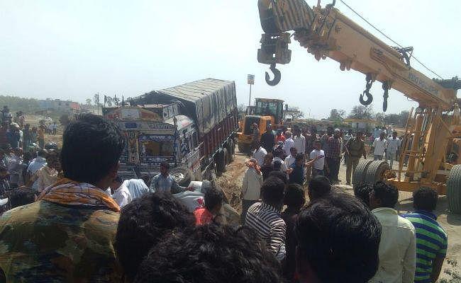 इचाक में ट्रक-स्कार्पियो की सीधी टक्कर, रेलवे ठेकेदार की मौत, चालक गंभीर