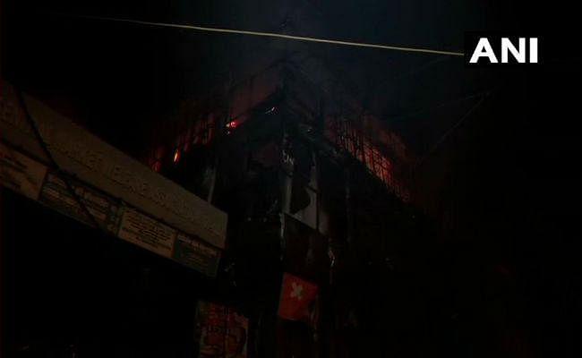 दिल्ली: उत्तम नगर में शॉपिंग कॉम्प्लेक्स में लगी भीषण आग, दमकल की 25 गाडि़यां पहुंची