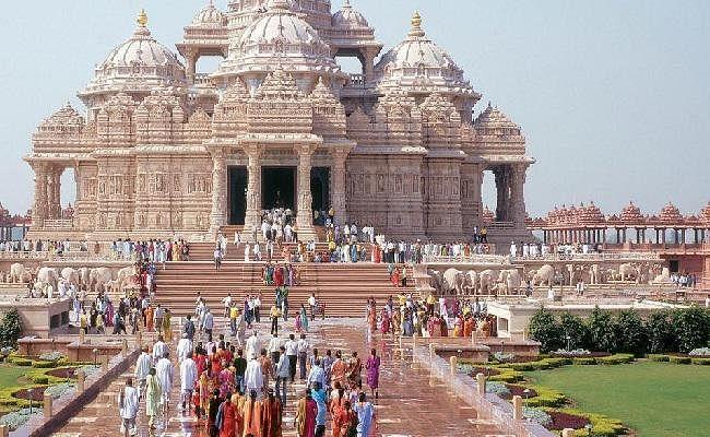 अबू धाबी में पहले हिंदू मंदिर के शिलान्यास कार्यक्रम में हजारों लोग शामिल हुए