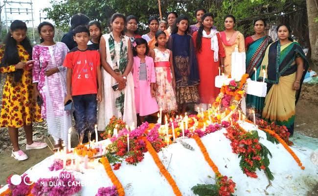 अपने पूर्वजों की कब्र पर फूल माला अर्पित कर पास्का पर्व मनाया गया