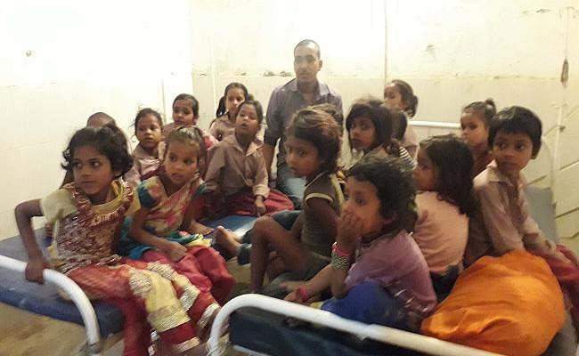 बिहार/फारबिसगंज : आंगनबाड़ी केंद्र में एमडीएम में गिरी छिपकली, भोजन करने से डेढ़ दर्जन बच्चे बीमार