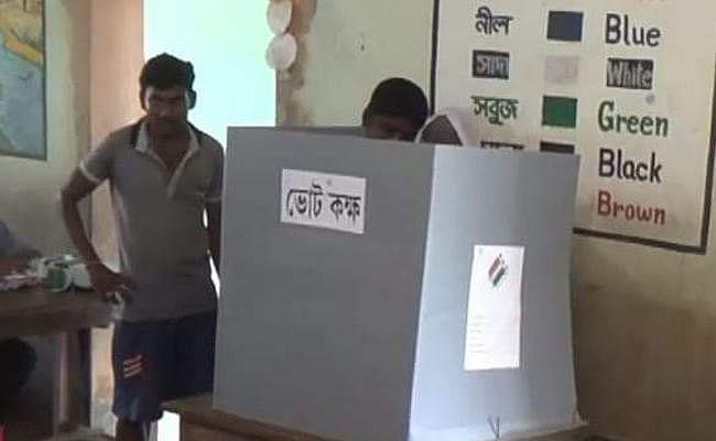 Voting Round 6 LIVE : पुरुलिया के बलरामपुर में तृणमूल-भाजपा के बीच संघर्ष, 80% मतदान