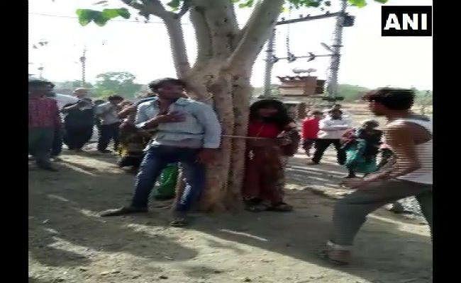 विवाहित महिला को भगाने के आरोप में तीन व्यक्ति को पेड़ से बांधकर पीटा