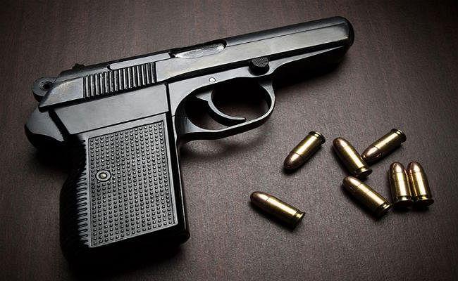पुलिसवाले की सर्विस रिवॉल्वर से रिश्तेदार ने की आत्महत्या, अधिकारी निलंबित