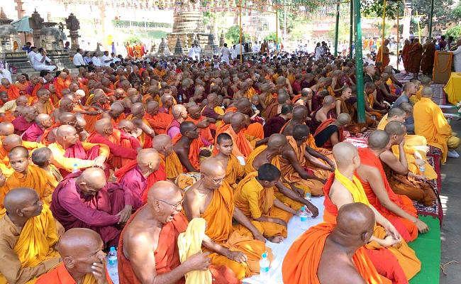 बुद्ध पूर्णिमा : बौद्ध भिक्षुओं ने मनायी भगवान बुद्ध की 2563वीं जयंती, आयुक्त बोलीं- विश्व में शांति और भाईचारे का प्रसार हो