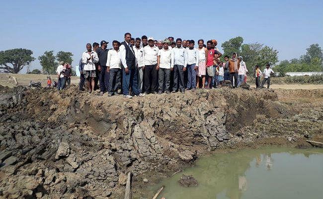 तालाब गहरीकरण में अनियमितता पर कार्रवाई नहीं, ग्रामीणों की फूटा गुस्सा, कार्य को कराया बंद