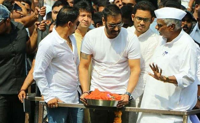 अजय देवगन ने रामकुंड में विसर्जित की पिता वीरू देवगन की अस्थियां