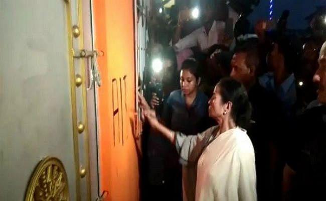 ममता बनर्जी ने भाजपा दफ्तर का तुड़वाया ताला, खुद पेंट किया अपनी पार्टी का नाम और निशान