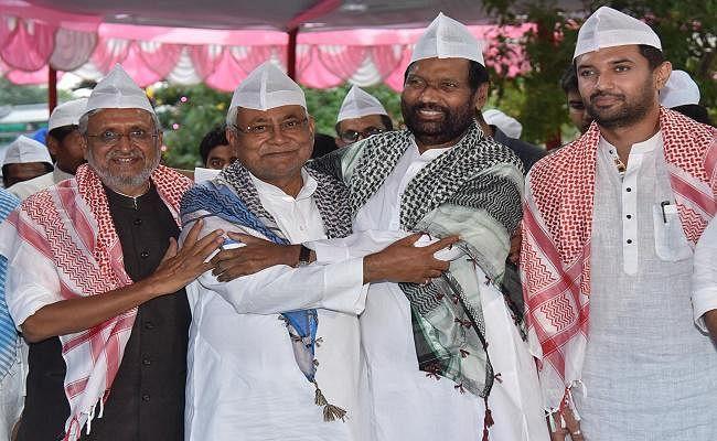 रामविलास पासवान के दावत-ए-इफ्तार में शामिल हुए राज्यपाल लालजी टंडन व मुख्यमंत्री नीतीश कुमार