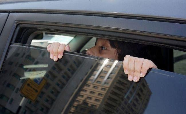 धूप से बचने की कोशिश में कार में बंद हुआ बच्चा, मौत