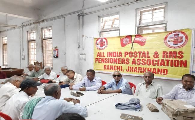 पेंशन पाने के लिए डाक विभाग के पेंशनभोगियों को जोहनी पड़ रही है बाट