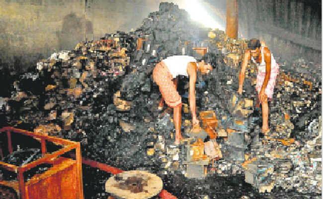 केमिकल गोदाम में आग : दमकल विभाग ने दी इजाजत, मालिक संग राख में माल ढूंढ़ने में जुटे रहे कर्मचारी