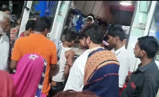 बिहार : सीवान में ट्रॉली पलटने से किशोर की मौत, दर्जनों घायल