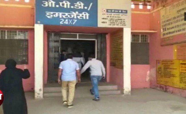मुजफ्फरनगर में बेहोश महिला को स्वास्थ्य केंद्र में बंद कर चलते बने अधिकारी