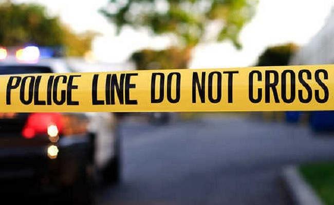 अनियंत्रित ट्रक पान दुकान में घुसा, एक की मौत, दो लापता, सड़क जाम
