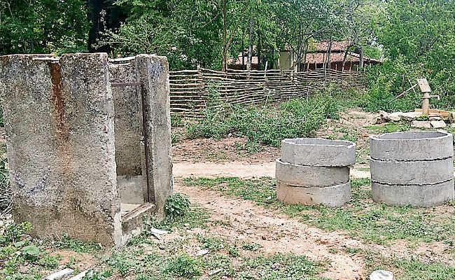 मची है लूट : पत्थलगड़ी इलाके में ऐसे किया जा रहा है सरकारी योजनाओं का काम, शौचालय आधे-अधूरे, न टंकी, न दरवाजा