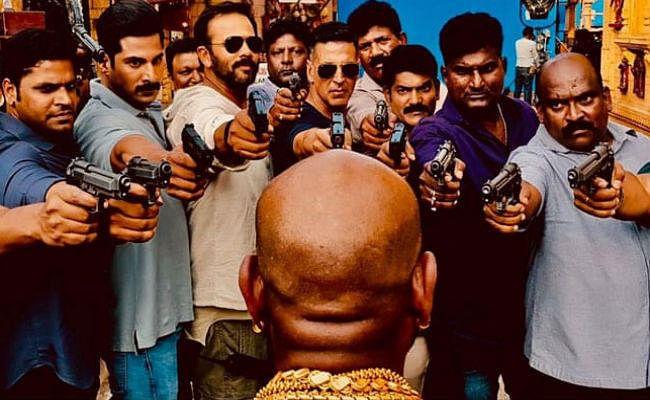 Sooryavanshi Akshay Kumar ने इस शख्स पर क्यों तान दी बंदूक? देखें Viral PIC