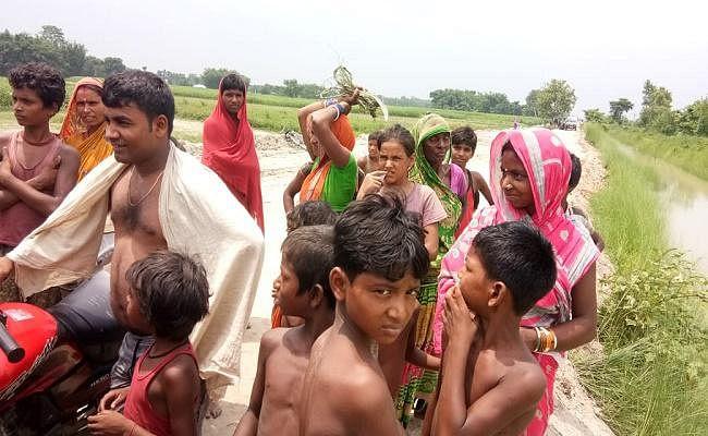 गरीबी के कारण नहीं किया अंतिम संस्कार, शव को नहर में फेंका
