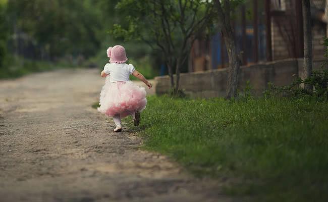तीन साल की बेटी को सुनसान जगह पर छोड़ा